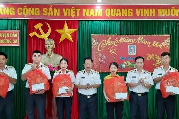 Gặp mặt, chúc Tết gia đình các quân nhân và công chức có hoàn cảnh khó khăn