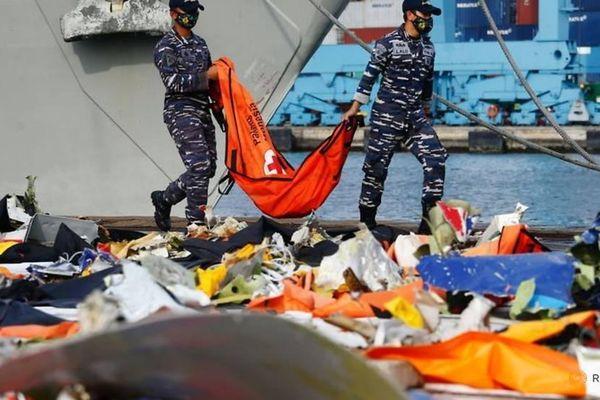 Dấu hiệu bất thường của máy bay chở 62 người rơi ở Indonesia