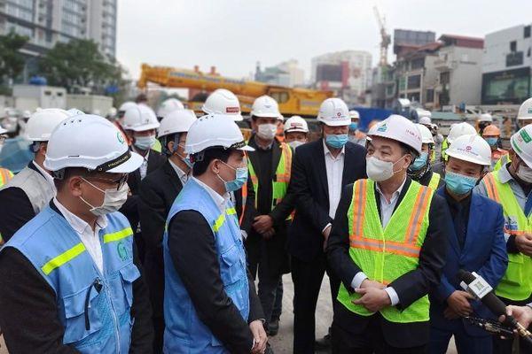 Chủ tịch Hà Nội kiểm tra công trường metro thi công xuyên Tết