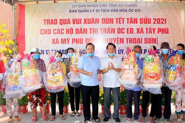 Ban Quản lý Di tích văn hóa Óc Eo trao quà Tết và giao lưu bóng đá