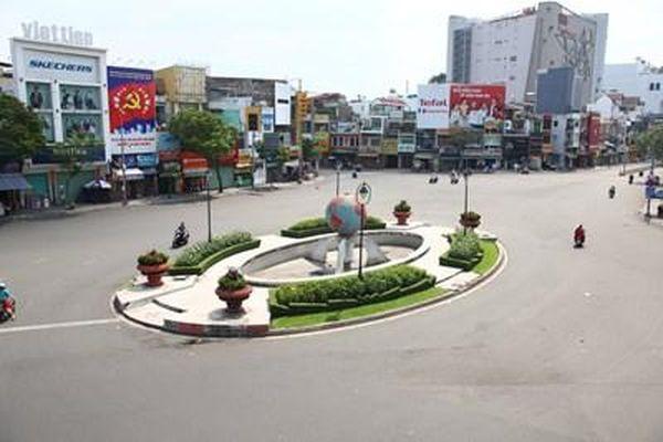 Đường phố TP HCM yên bình trong ngày mùng 1 Tết