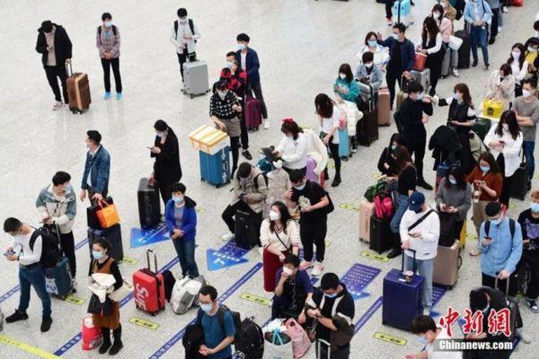 Lượng người đi lại bằng đường sắt trước Tết ở Trung Quốc giảm gần 70%