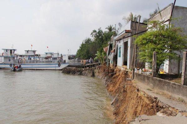 Phà quay đầu khiến 6 căn nhà sụp xuống sông Hậu