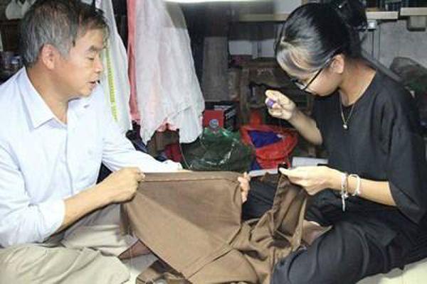 Đặc sắc ngôi làng nghìn năm 'cầm kim tay dọc' may áo dài
