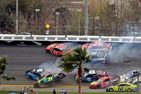 Video tai nạn liên hoàn khiến 16 chiếc xe đâm nhau trên đường đua