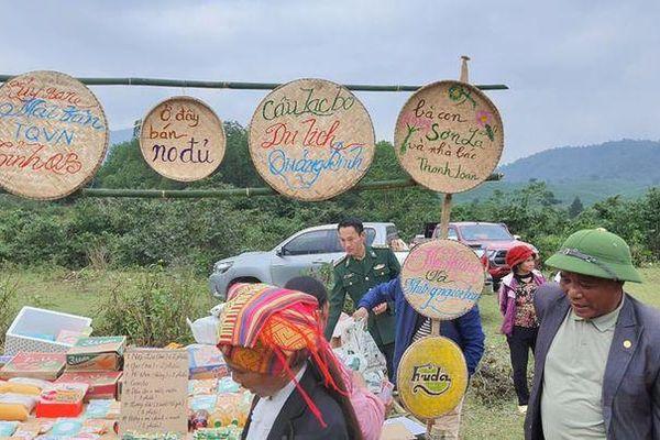 Hình ảnh ấm lòng mang Tết đến vùng biên giới Quảng Bình