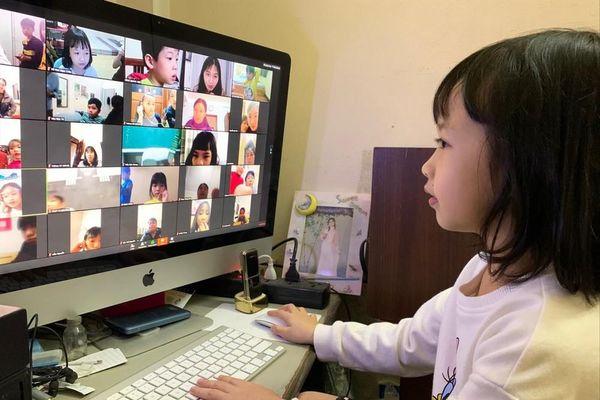 Học sinh và phụ huynh chật vật với học trực tuyến