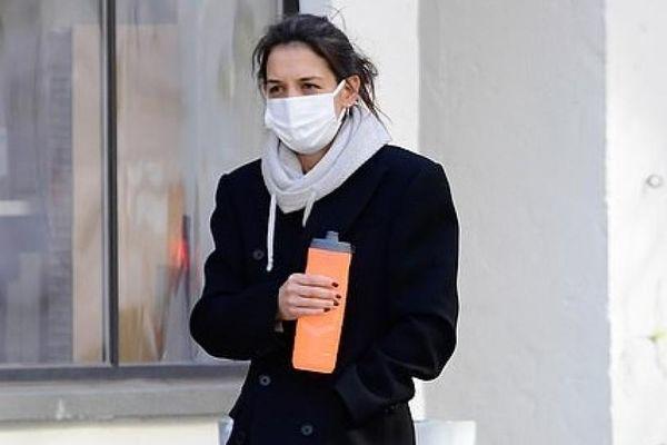 Katie Holmes mang tất hồng và dép lê đi dạo phố trong tiết trời giá lạnh