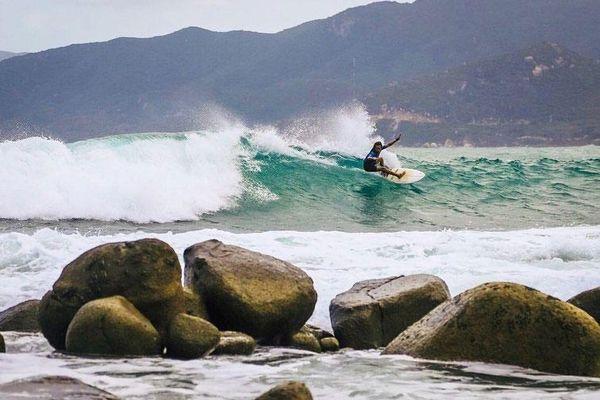 5 vùng biển đẹp cho người thích lướt sóng ở Việt Nam