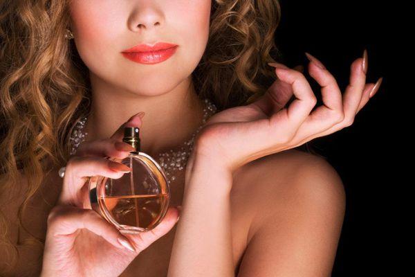 'Điểm huyệt' 8 vị trí xịt nước hoa giữ hương thơm bền mùi hơn
