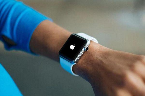 Apple 'xuống nước' nhận sửa chữa miễn phí Apple Watch lỗi sạc pin