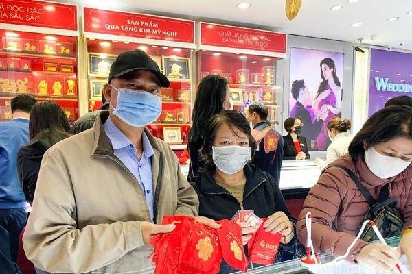 Hãng vàng trung đậm: Bán online tăng 6 lần, khách vẫn chen kín cửa hàng