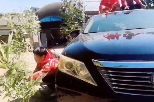 'Ngã ngửa' trước tài lái xe của cụ ông 77 tuổi ở Trung Quốc