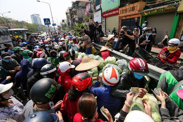 Người dân Thủ đô chen nhau mua rau quả 'giải cứu' nông dân Hải Dương