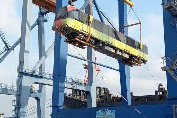 Cận cảnh đoàn tàu thứ 3 tuyến tàu điện Nhổn - ga Hà Nội về đến cảng biển