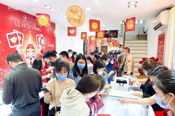 Giữa trưa ngày vía Thần tài: Giá vàng lao dốc, lượng khách mua bất ngờ 'tăng nhiệt'