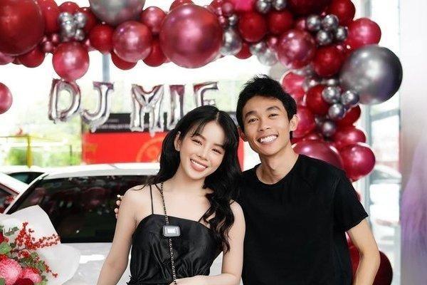 Bóc giá xế hộp Hồng Thanh 'tay trong tay' DJ Mie đi nhận ngày đầu năm mới