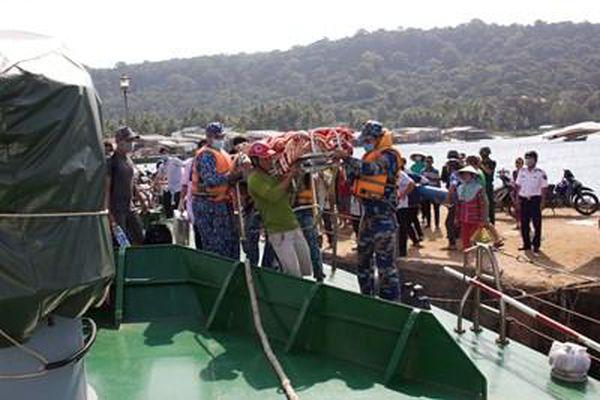 Bộ tư lệnh Vùng Cảnh sát biển 4 cấp cứu thành công 2 ngư dân gặp nạn trên biển