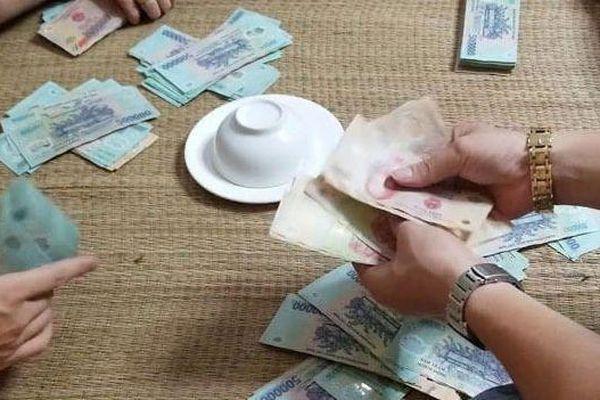 Hà Nội: Hơn 20 con bạc đang sát phạt trên sới 'xóc đĩa' bị bắt quả tang