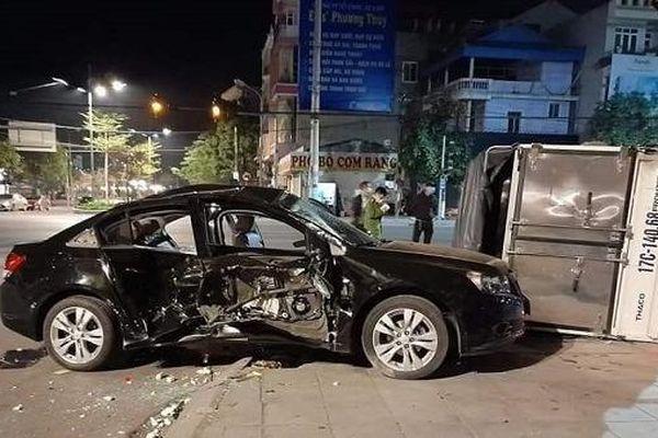 Tin giao thông đến sáng 24/2: Xe container lật đè 2 người đi xe máy tử vong; 2 ô tô va chạm 8 người bị thương