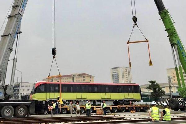 Đoàn tàu thứ 3 tuyến metro Nhổn - ga Hà Nội được đặt lên đường ray