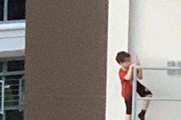 Giật mình lý do cậu bé bám vắt vẻo hồi lâu ở lan can tầng 11