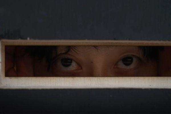 Xem biểu diễn qua lỗ nhìn trộm ở Nhật
