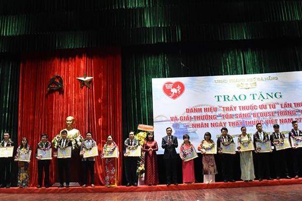 Đà Nẵng trao Giải thưởng 'Tỏa sáng Blouse trắng' cho 20 y bác sĩ, nhân viên y tế