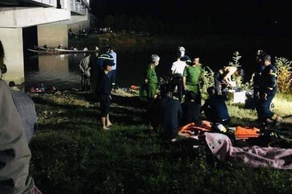 Ô tô tông 4 học sinh đi trên cầu, 1 người rơi xuống sông tử vong