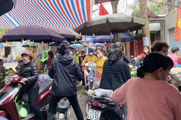 Chợ dân cư nhộn nhịp bán Rằm, hoa quả được dịp lên giá