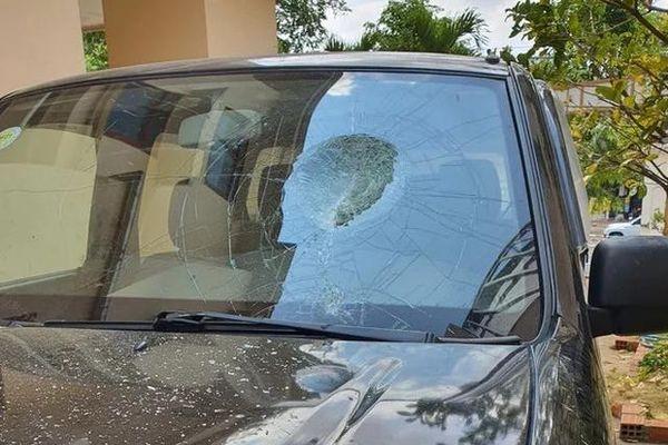 Bị chắn lối vào nhà, người đàn ông dùng gạch đập nát ô tô hàng xóm