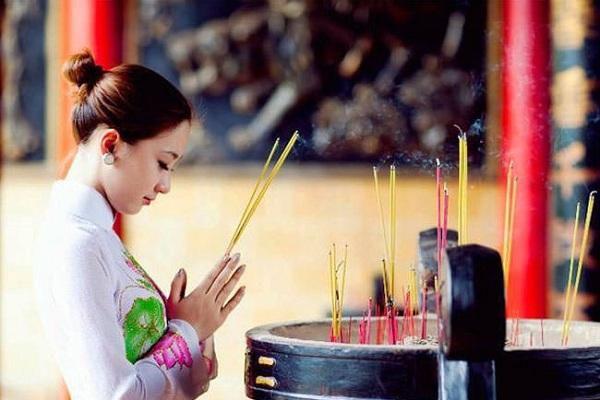 Vì sao trước Phật tổ lại thắp 3 nén hương, 3 vái, 3 lạy?