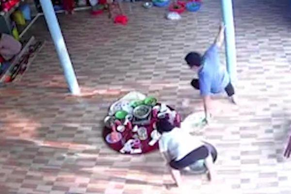 Clip: Mâm cơm 'ma ám' khiến hai người đàn ông ngã nhào