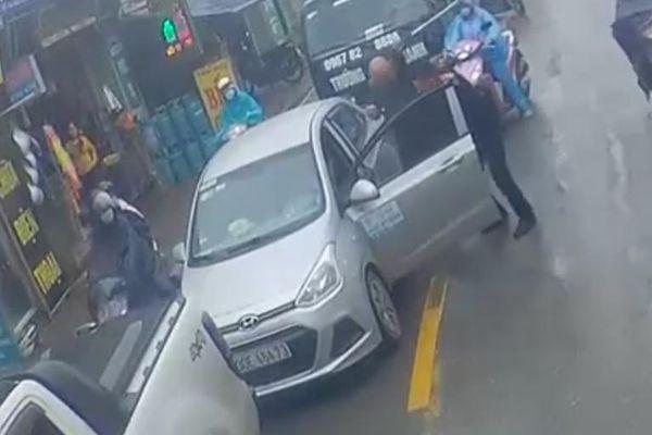 Tài xế Ford Ranger chặn đầu đánh lái xe Hyundai i10 ngay trên phố Hà Nội