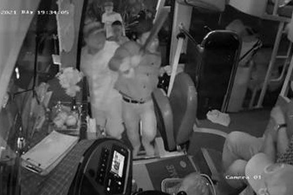 Tại sao không khởi tố nhóm đối tượng vác dao hung hãn hành hung người trên xe?