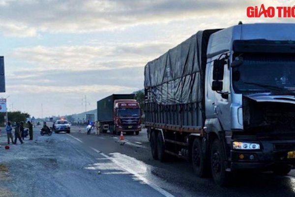 Video TNGT 2/3: Nam thanh niên bị xe tải tông tử vong do sang đường bất cẩn