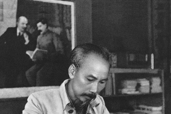 Học tập và làm theo phương pháp luận Hồ Chí Minh trong công cuộc đổi mới, pháp triển đất nước