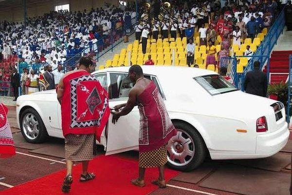 Choáng ngợp thú chơi đốt tiền của vị vua mua 19 chiếc Rolls Royces tặng vợ