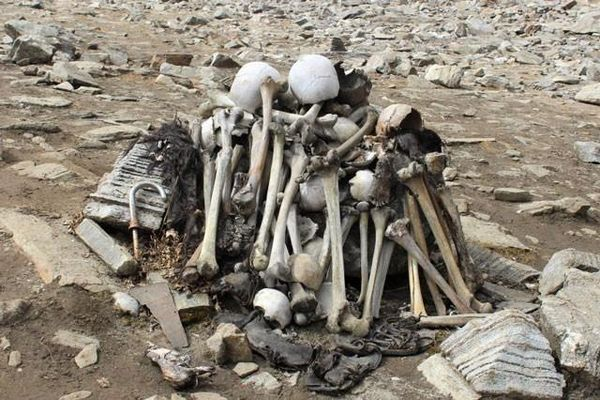 Bí ẩn về hồ nước chứa hàng trăm bộ xương người