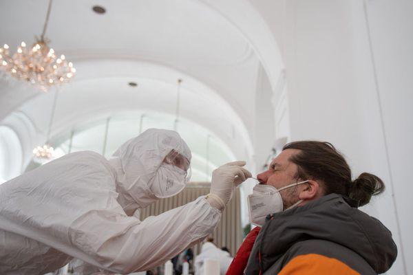 Một số nước EU rời nhóm, tự theo đuổi chiến lược vaccine COVID-19 riêng