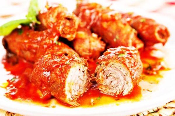 Thịt bò cuộn braciole ăn với pasta kiểu Ý