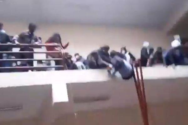 Gãy lan can trường học, 7 sinh viên tử vong ở Bolivia