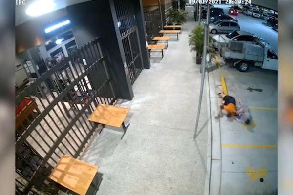 Người phụ nữ quật ngã tên cướp để đòi lại túi xách