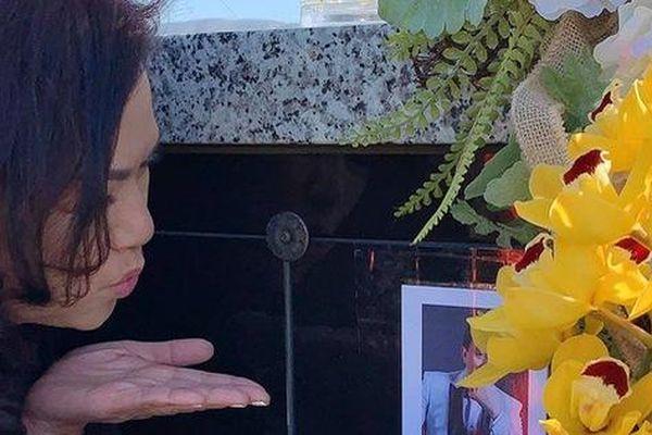 Xúc động trước hình ảnh bà xã hôn gió trước di ảnh cố NS Chí Tài khi thăm mộ chồng