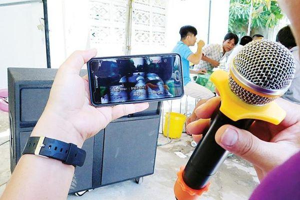 Có dẹp được nạn karaoke tự phát?