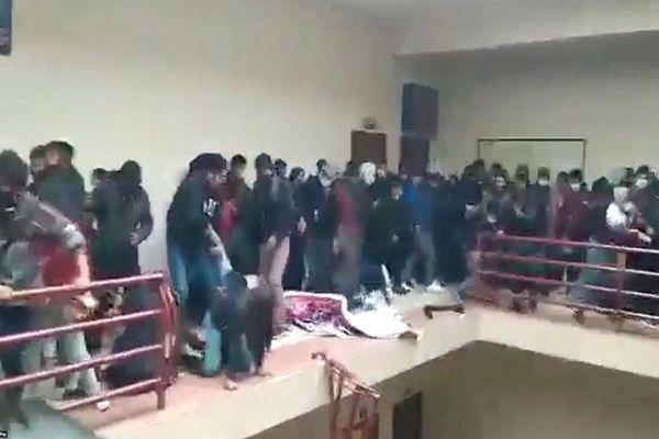 Hiện trường gãy lan can tầng 4, sinh viên rơi xuống đất tử vong