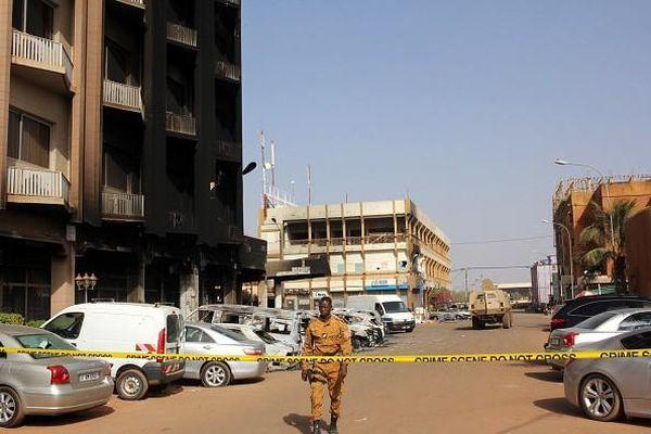 Burkina Faso: Xe cứu thương đi qua mìn, bà bầu và 5 người khác chết thảm