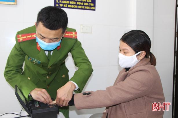 Công an Vũ Quang đến tận nơi làm việc làm thủ tục cấp thẻ căn cước công dân