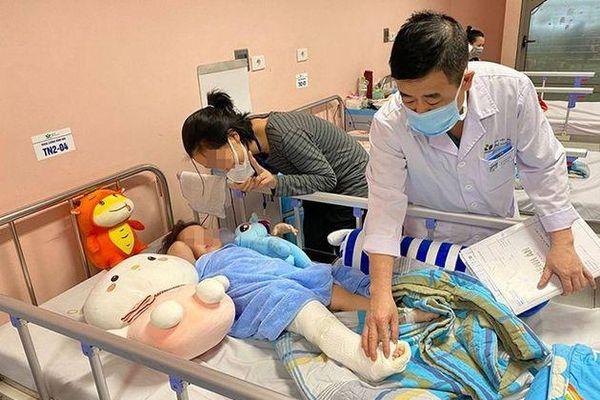 Bác sĩ thông báo tin vui về bé gái 3 tuổi rơi từ tầng 13 chung cư