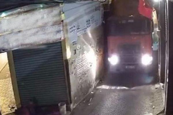 Camera giao thông: Tài xế container 'cố đấm ăn xôi' lách qua con đường hẹp ở TP.HCM